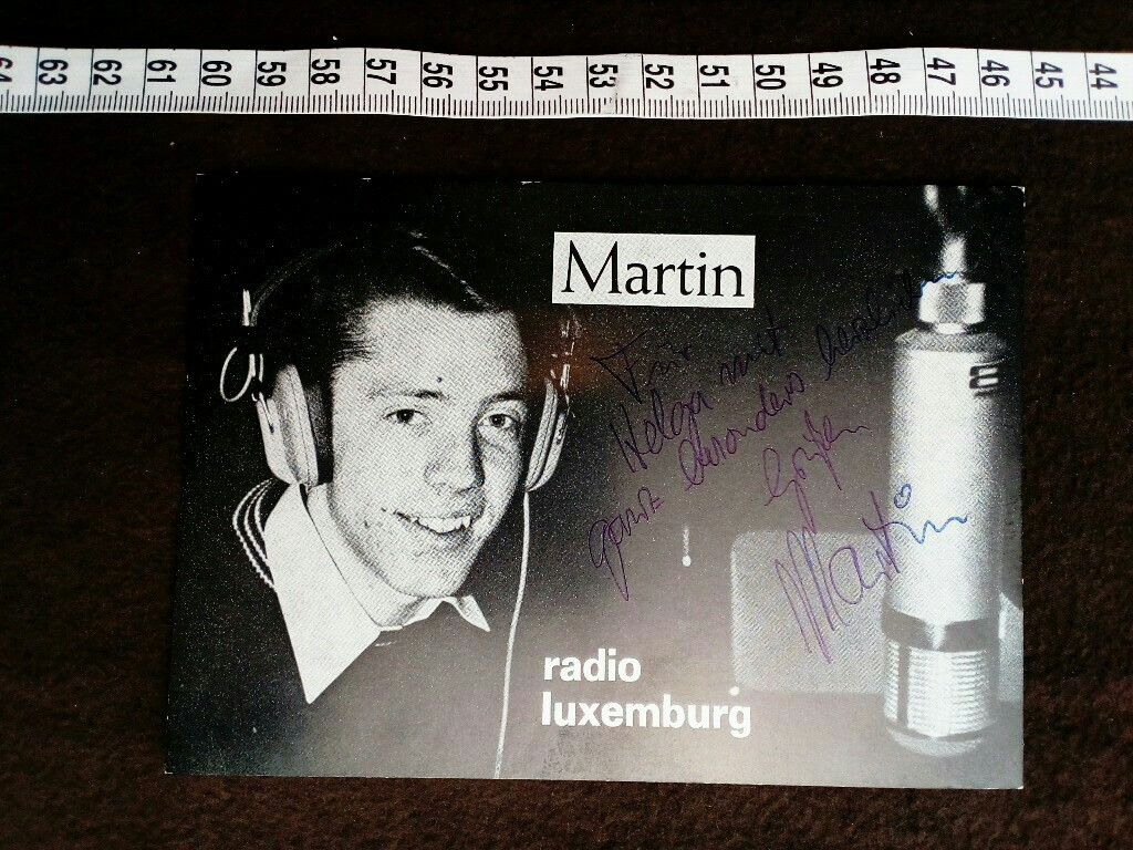 Autogrammkarte  mit eigenhändiger Unterschrift und Widmung.  original hand signed autograph card with picture of the famous german RTL radio host.