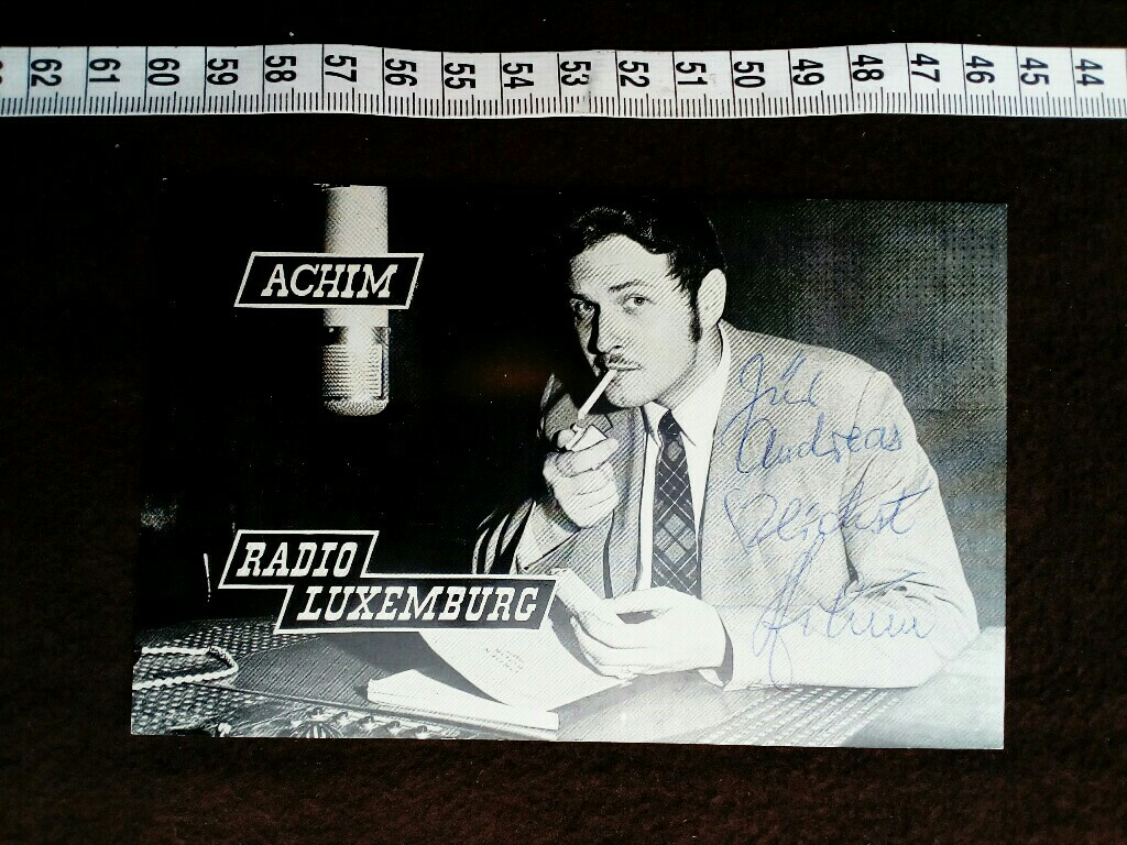 Autogrammkarte mit eigenhändiger Unterschrift und Widmung.  original hand signed autograph card with picture of the famous german radio and TV DJ.